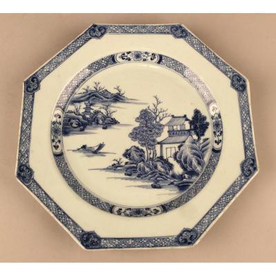 Chine, Epoque Qianlong. Plat Octogonal En Porcelaine  De Commande .