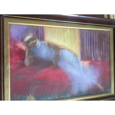Jeune Femme Fumant Sur Un Canapé