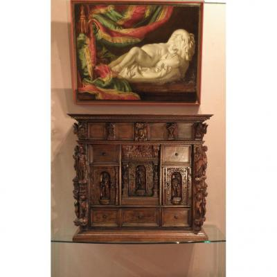 Cabinet En Noyer Sculpté Et Mouluré.