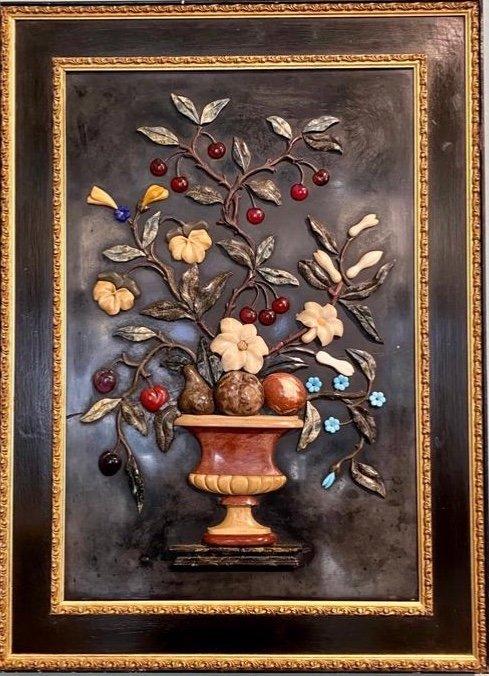 Vase Avec Fleurs Et Fruits. Usine De Pierres Semi-précieuses