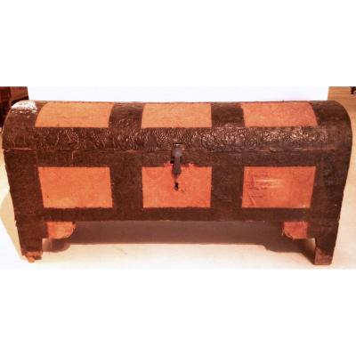 Interesting Italian Chest Covering In Embossed Leather And Cloth, Last Of XVI C. Northern Italy