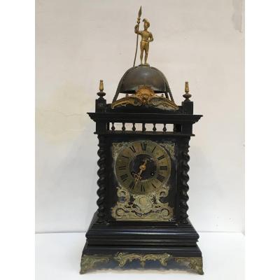 Pendule, Horloge Dans Le Goût Anglais Du XVIII ème Siècle. En Bois Noirci, Cadran En Bronze