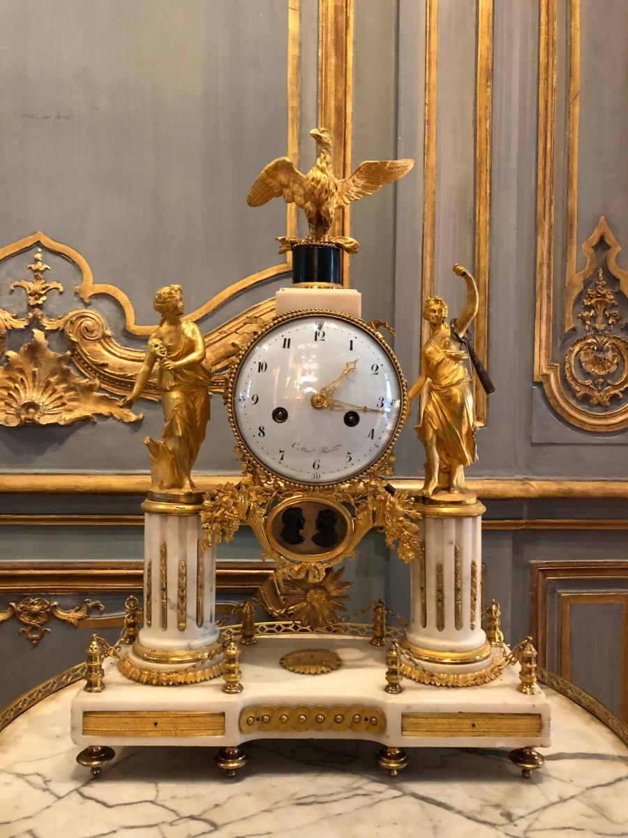 Pendule Portique En Bronze Et Marbre Blanc D'époque Louis XVI.