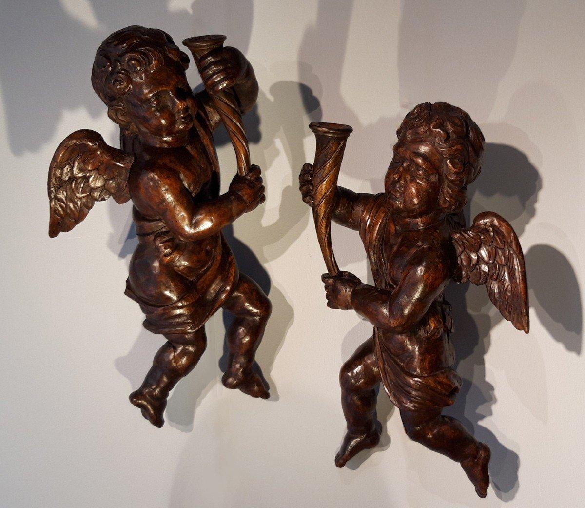 Paire d'angelots en bois sculpté d'époque fin XVIII°