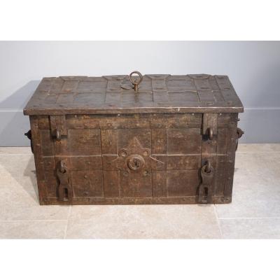 Coffre en fer  dit « de corsaire » ou « de Nüremberg » d'époque XVII°