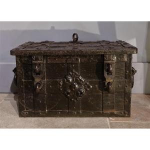 Petit coffre en fer  dit « de corsaire » ou « de Nüremberg » d'époque XVII°