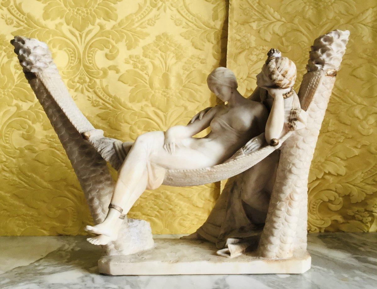 Sculpteur Orientaliste De Beauté Allongé Et Admirateur.