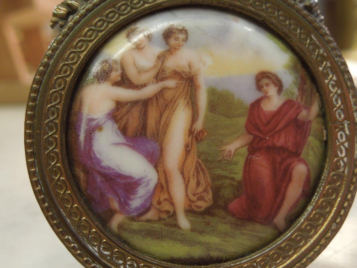 Petite Scene A L Antique Medaillon Peint Sur Porcelaine 19 Eme