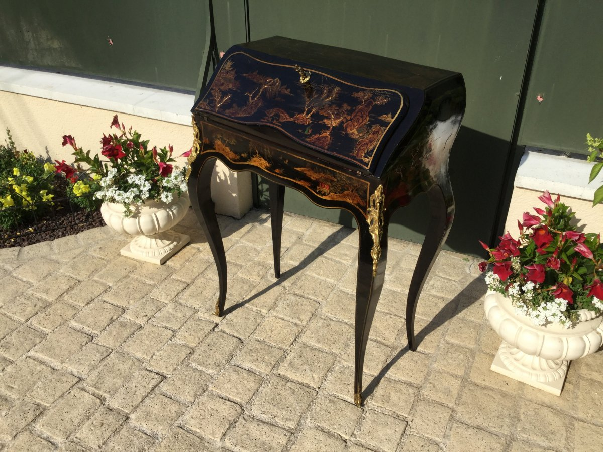 Slope Office Says 'donkey' In Black And Gold China Lacquer
