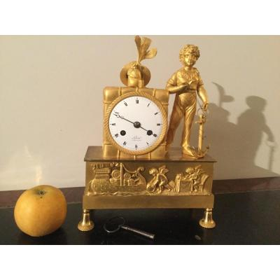 Petite Pendule En Bronze Ciselé Et Doré époque Charles X Figurant Un Jeune Capitaine
