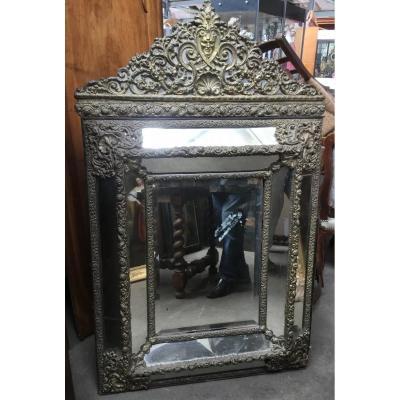 Du grenier d'un château, suite succession ; important miroir laiton repoussé