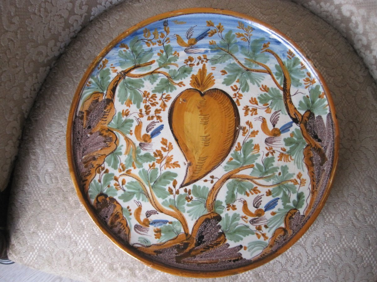 """Maiolica Dish On Foot  (""""alzata"""")  Painted With Birds And Foliage. Italy, XVIIth"""