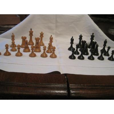 Jeu d'échecs original de style Staunton en buis et buis noirci. Vers 1880