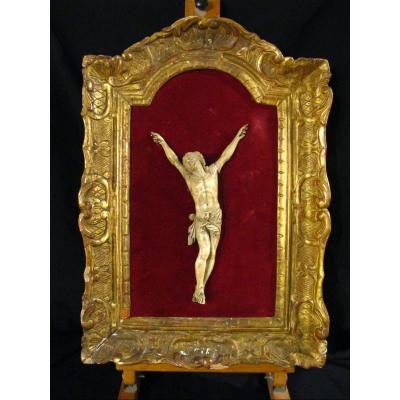 Christ Vivo Sans Couronne En Ivoire Du XVIIIe Siècle. Pieds joints. Cadre Sculpté & Doré.