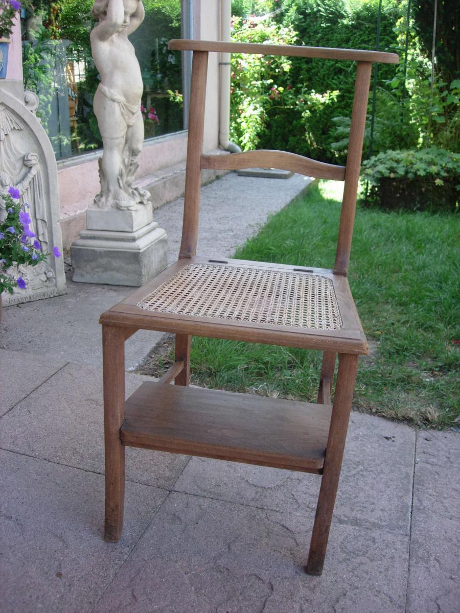 s rie de 18 chaises d 39 glise assise basculante chaises tabourets. Black Bedroom Furniture Sets. Home Design Ideas
