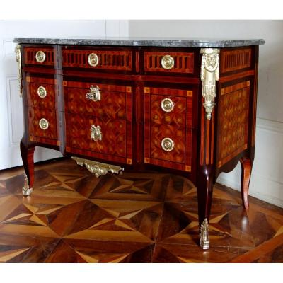 Large <strong>&agrave; la reine </strong><strong>marquetry</strong> commode / chest of drawers, <strong>18th century</strong> circa 1775.<br />