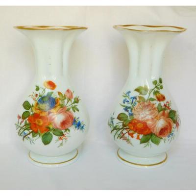 Baccarat, Paire De Vases En Opaline Peints à La Main De Bouquets De Fleurs Polychrome & Or 1840