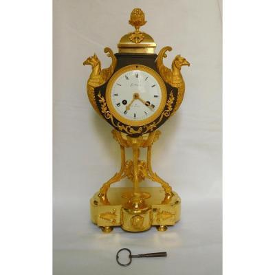 Pendule vase dite à l'écusson en bronze patiné et doré, d'époque Directoire ou Consulat