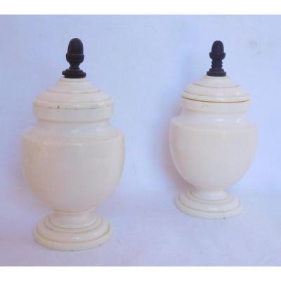Paire De Vases Urnes En Ivoire Tourné - époque début 19e Siècle