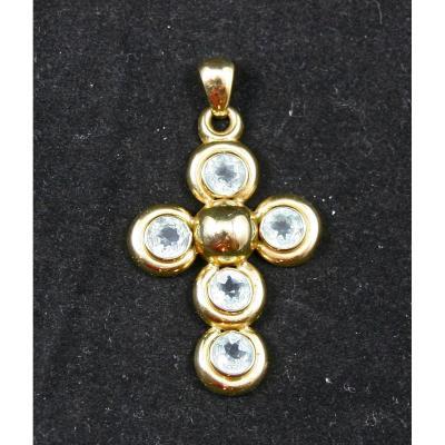 croix en or et pierre brillante