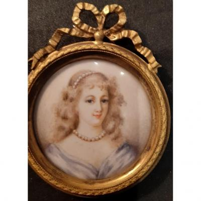Lovely miniature on ivory representing the Woman with the necklace. Framed in gilded bronze. Size on request.