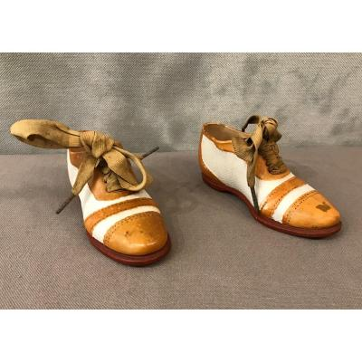 Paire De Petites Chaussures En Porcelaine D'époque 19ème