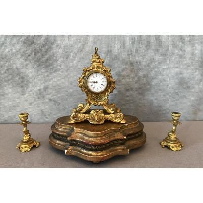 Petite Pendulette Avec Deux Bougeoirs En Bronze Doré D'époque 19ème