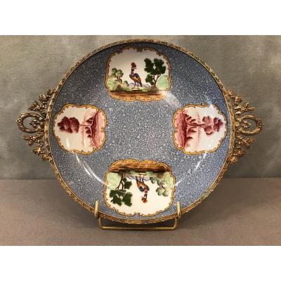 Coupe Assiette En Porcelaine Dans Le Goût De Saxe D'époque 19ème Sur Monture Lxvi En Laiton