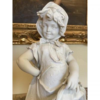 SAXE - Statuette en Porcelaine, Jeune Fille Récoltant des Fruits
