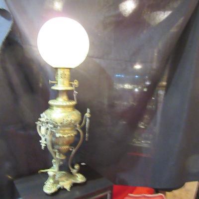 Lampe à pétrole 1880-1890 en bronze et verre forme boule ciselé