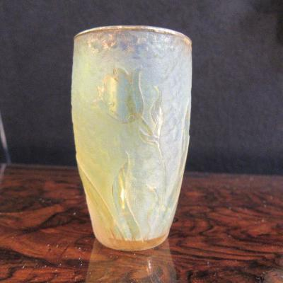 Daum Vase miniature Hauteur 5,8cm décor dégagé à l'acide et rehaut d'or