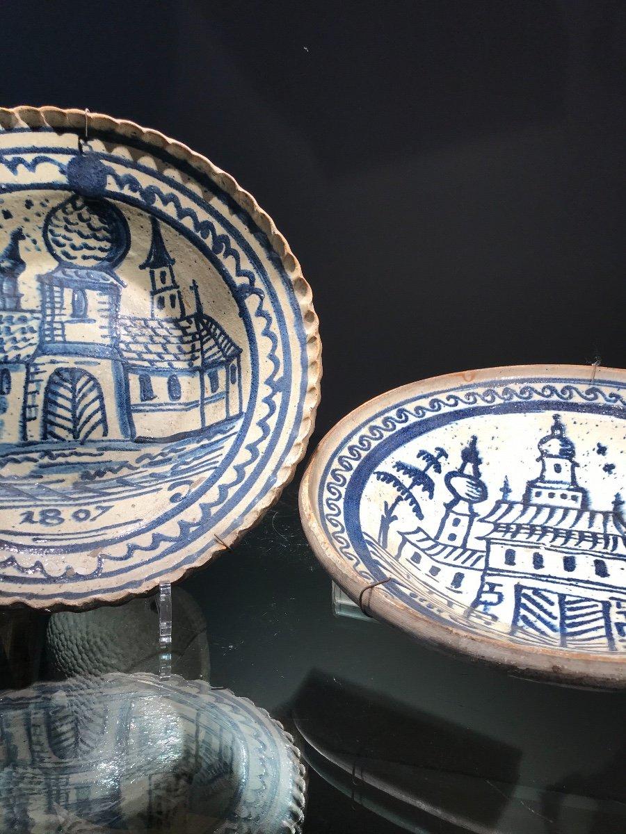Paire De Grands Plats Russes En Majolique De Gzhel,  Décor Bleu Cobalt Et Blanc, Datés 1807-1809.