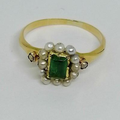 Old Ring In Gold, Emerald And Fine Pearls.
