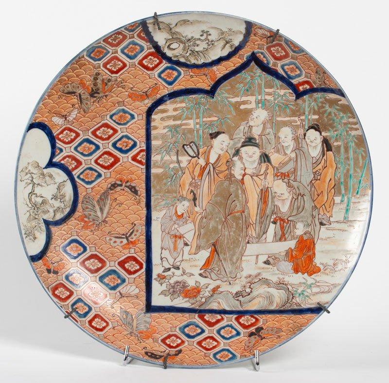 Japon ère Meiji - Grand Plat En Porcelaine à Décor Des Sept Divinités Du Bonheur Shichifukujin