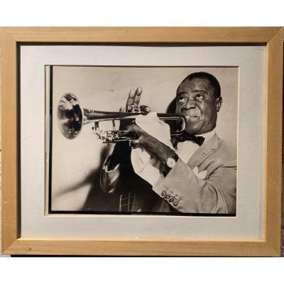 Louis Armstrong – Photographie noir et blanc du musicien de jazz jouant de la trompette en 1953