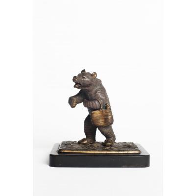 Ours Portant Des Chaussons Et Un Sac De Commissions En Bronze