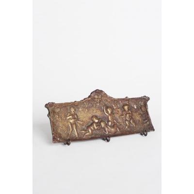 Petit patere En Bronze Representant un Groupe De Faunes