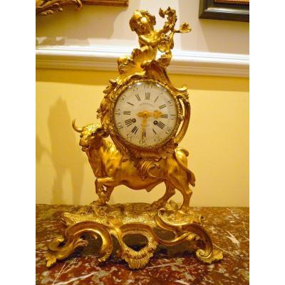 Pendule Taurus Louis XV   Signé Sur Le Cadran Dutertre A Paris  H. 51  cm