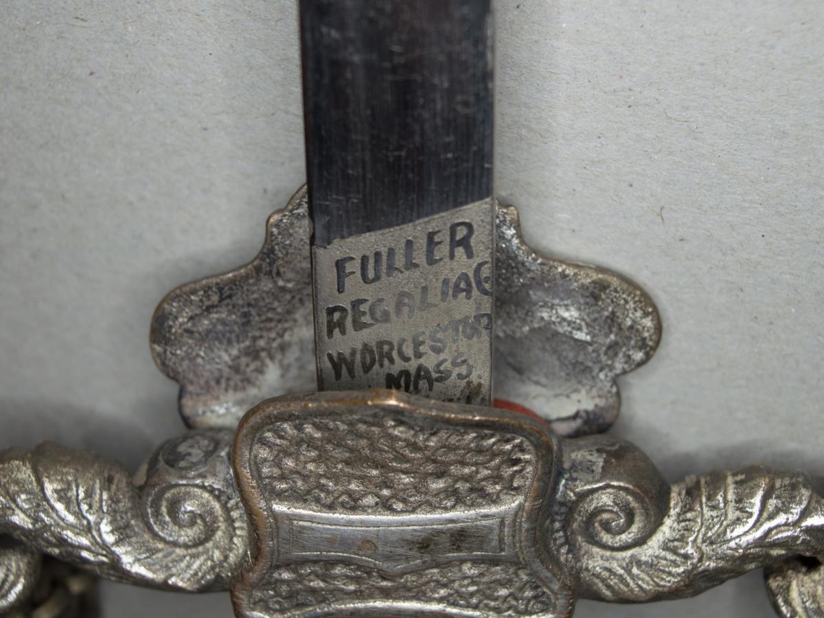 Glaive De Chevalier Du Temple Américain. Fusée En Bois Noirci à Motif En Laiton émaillé.
