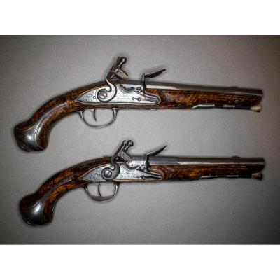 Beautiful Pair Of Officer's Flintlock Pistols. Round Cannons, With Pan To Thunder, Engraved In Fleu