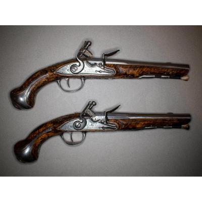 Belle Paire De Pistolets à Silex d'Officier. Canons Ronds, à Pans Aux Tonnerres, Gravés De Fleu