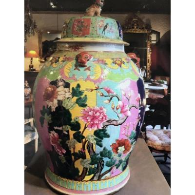Large porcelain potiche Baluster shape with decorated lid, a Dog de Fô. Period late nineteenth century. Polychrome decors of flowering branches on color framing background. The shoulder adorned with four animal masks in relief. Height 67cm Diameter 38 cm.