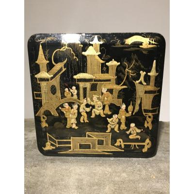 Box in European Black and Gold Lacquer with Landscape decoration and character in the taste of China. Napoleon III period.