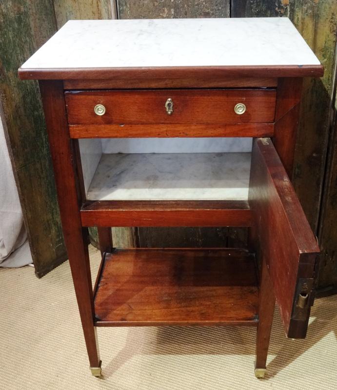 table de chevet de style empire en acajou coiff d 39 un marbre de carrare chevets anciens. Black Bedroom Furniture Sets. Home Design Ideas