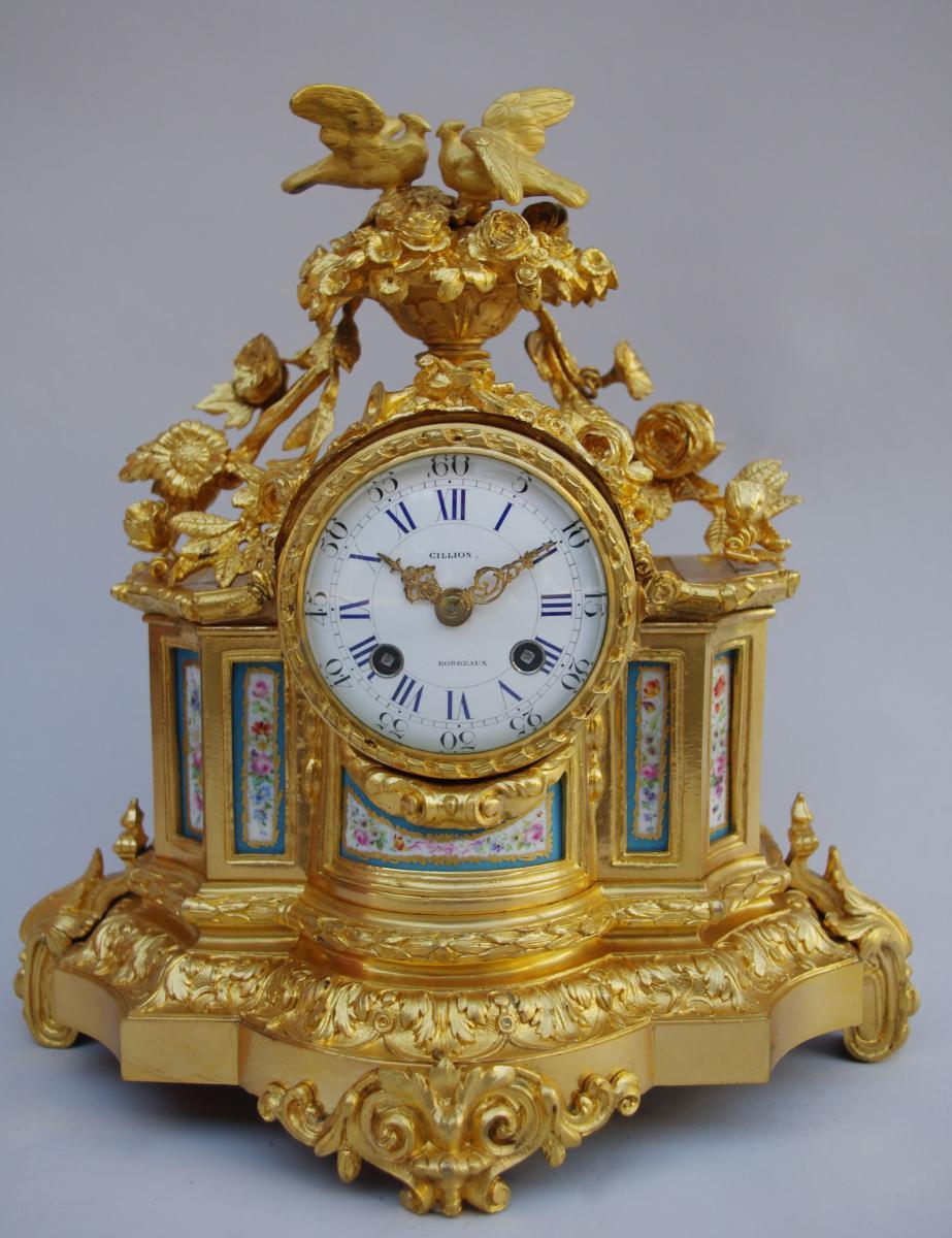 Pendule De Style Louis XVI En Bronze Doré De La Fin Du 19e Siècle