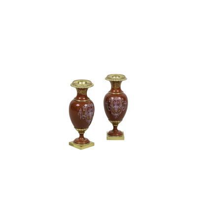 Paire de petits vases en porcelaine rouge et bronze doré, circa 1900 - LS2480331