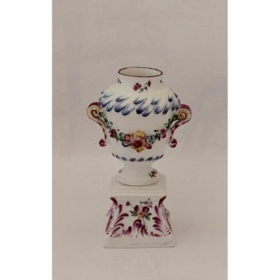 Mennecy, Petit Vase Et Socle En Porcelaine Tendre.