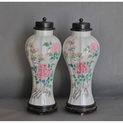 Paire De Vases Balustres En Porcelaine De Chine De La Famille Rose Du XVIIIe Siècle.