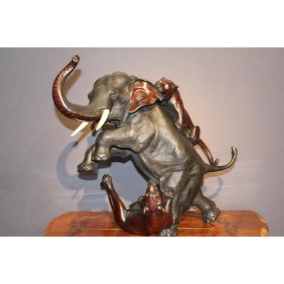 Eléphant En Bronze Attaqué Par Deux Tigres