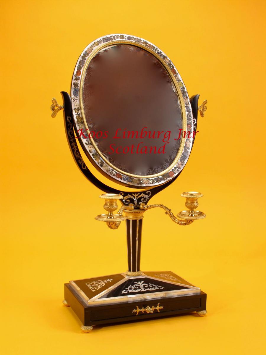 Un Miroir De Coiffeuse Très Décoratif En ébène Et Nacre  Russe. C.1820